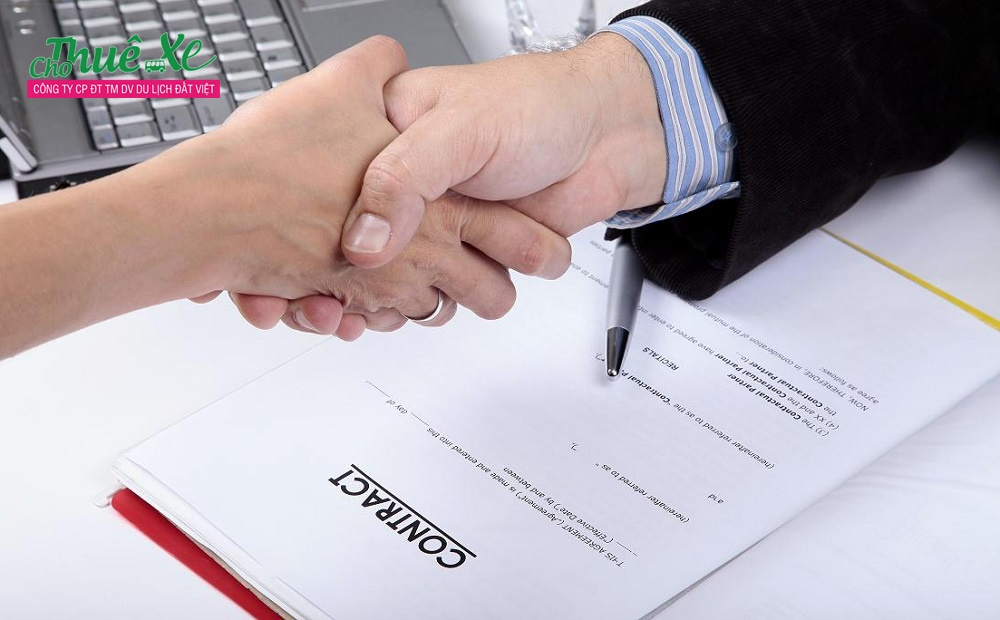 Dịch vụ cho thuê xe Đất Việt Tour khuyên bạn nên xem xét từng hạng mục trong hợp đồng để đảm bảo quyền lợi khi thuê xe.